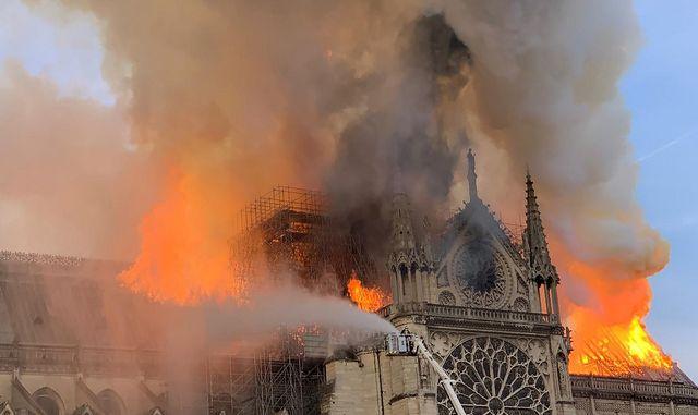 La façade de la cathédrale a elle aussi été menacée par les flammes