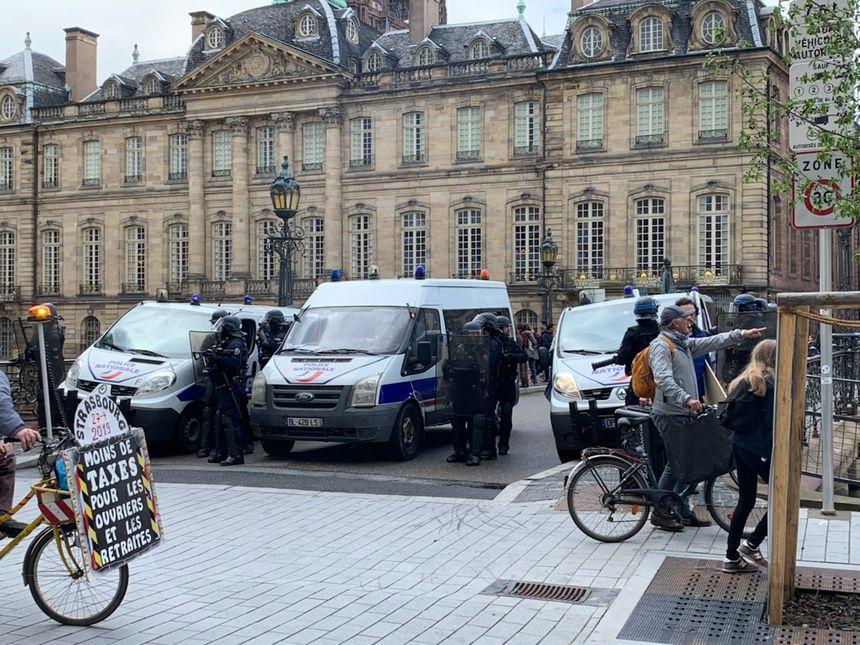 Quai des Bateliers, des cars de police empêchent l'accès au quartier de la cathédrale