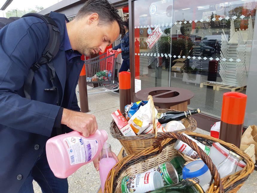 """""""Plastick Attack"""" au Pêchereau, les clients se délestent de leurs emballages plastiques"""