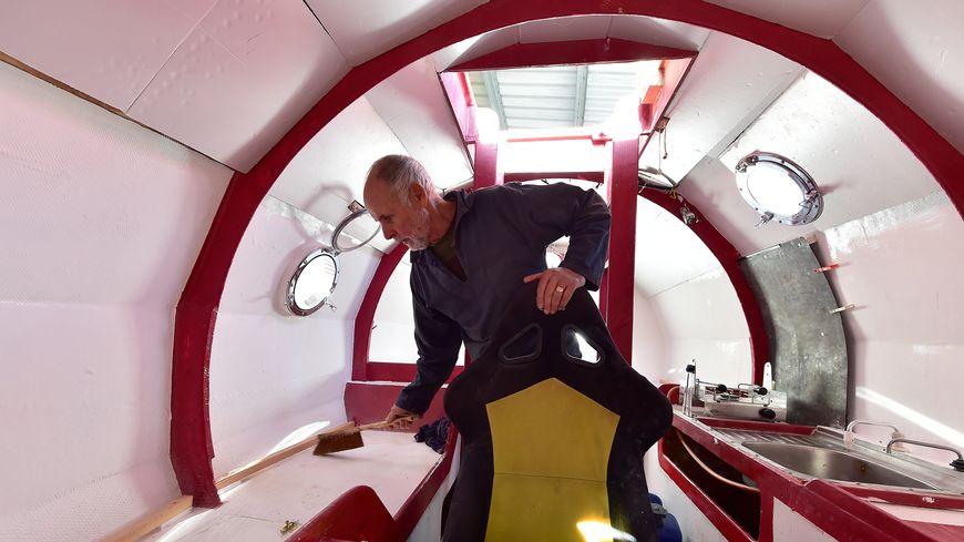 Jean-Jacques Savin à l'intérieur de son tonneau, avant son départ.