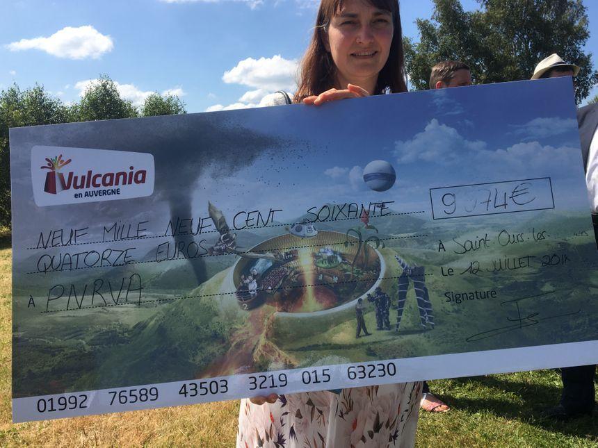 Un chèque de 9 974 euros pour le Parc Naturel des Volcans d'Auvergne.