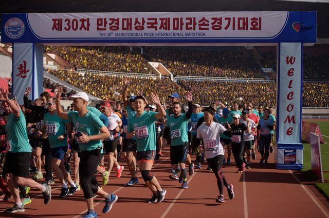 Les coureurs s'élancent depuis le stade Kim Il-Sung