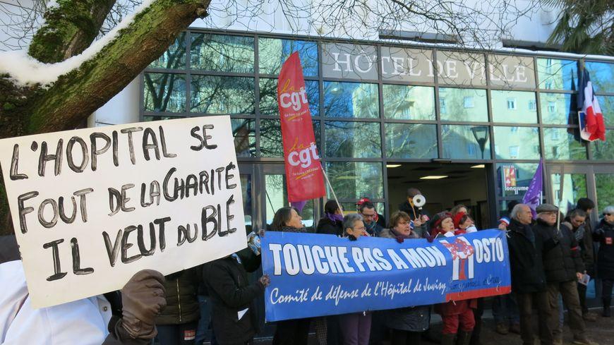 Les habitants mobilisés à Longjumeau le 11 février dernier contre la fermeture des hôpitaux du nord-Essonne