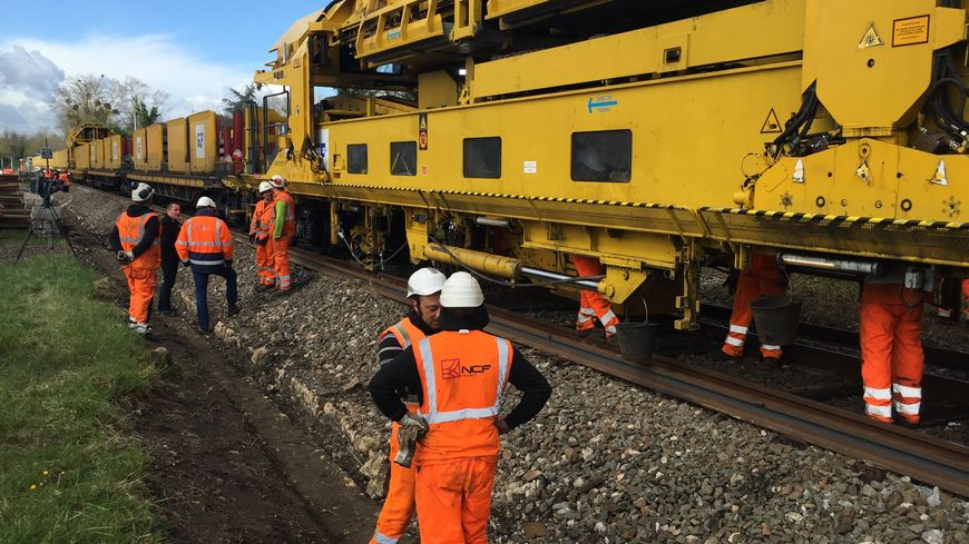 Le train usine de la SNCF qui rénove la voie ferrée entre Bergerac et Libourne