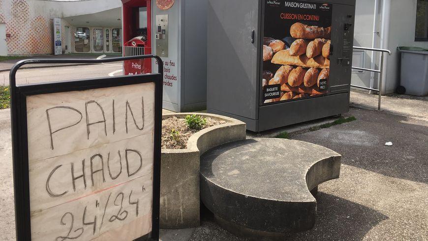 Le distributeur automatique de baguettes à 1€, à Piblange.
