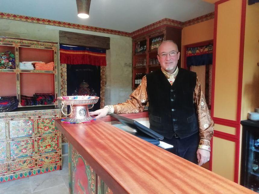 Patrick Druet, le propriétaire, veut faire découvrir aux visiteurs la culture et la décoration tibétaine. Pas de philosophie bouddhiste prévue au programme.