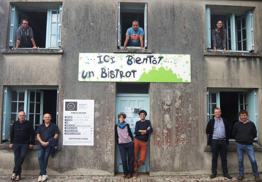 """""""Le Mélar dit"""" et ses gérants (dont Margot et Florian au centre) avant la rénovation"""