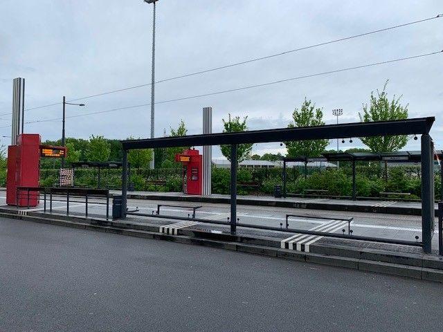 """Toutes les vitres de l'arrêt de tramway """"Bulle d'O"""", à la Rabière, ont été vandalisées."""