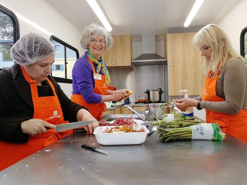 Les bénéficiaires et l'animatrice en train de cuisiner