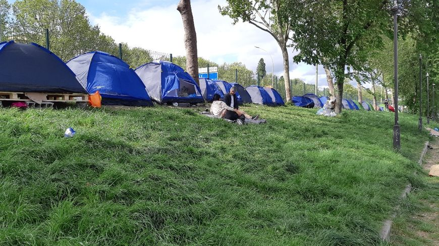 Le campement de migrants le long du périphérique Porte de la Chapelle à Paris