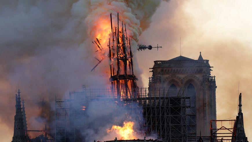 La flèche de la cathédrale Notre-Dame de Paris s'est effondrée à cause de l'incendie, le 15 avril 2019
