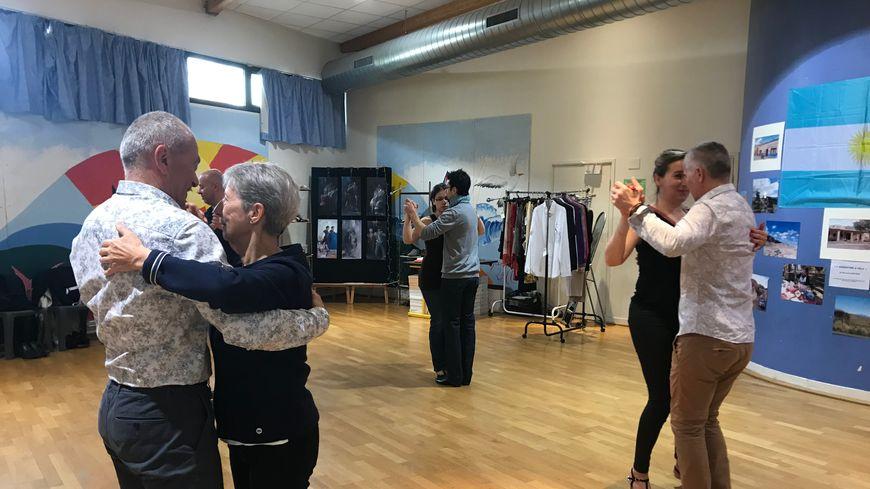 Une dizaine de couples a participé à un atelier de danse animé par des professionnels ce dimanche 28 avril.