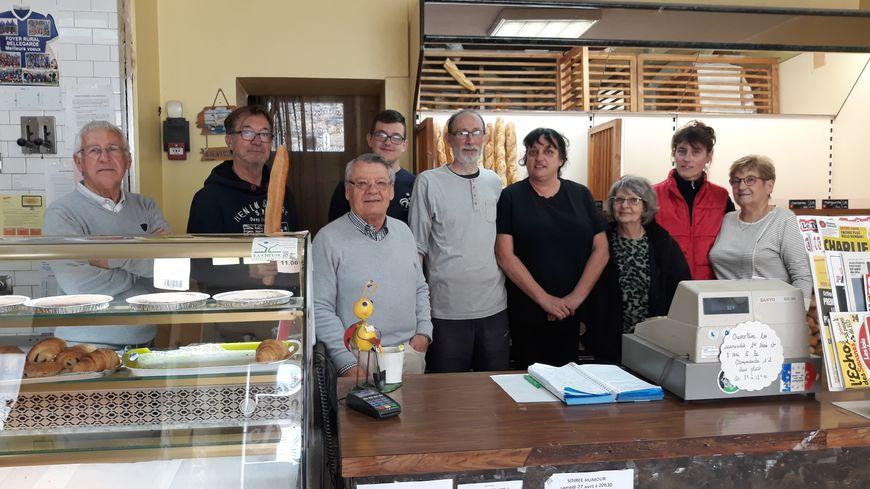 Dider et Laurence (au centre), entourés de leur comité de soutien