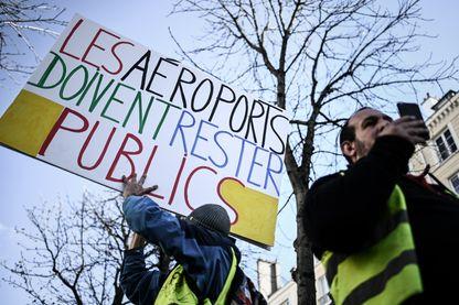 Des Gilets Jaunes manifestent contre la privatisation d'Aéroports de Paris, devant l'Assemblée Nationale à Paris le 13 mars 2019.