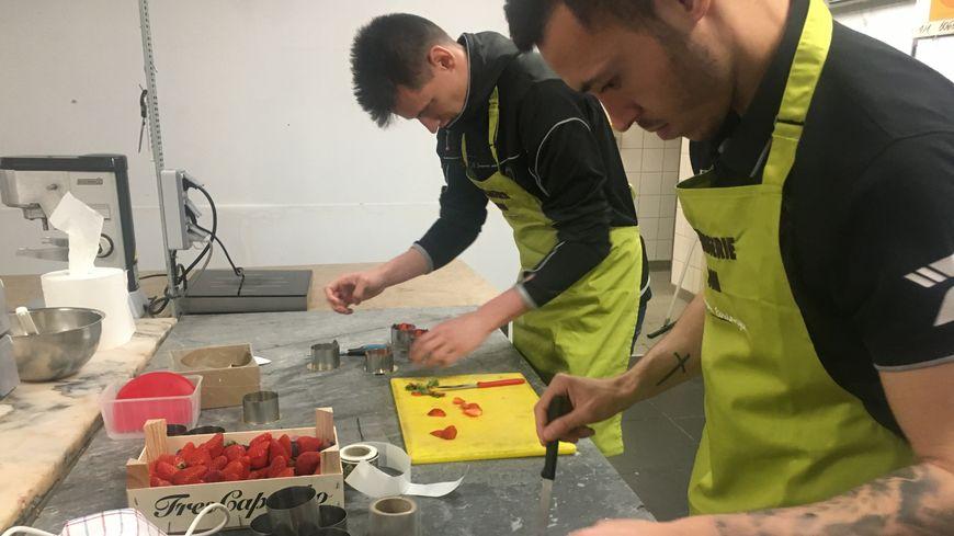Les joueurs Mathias Pereira et Rémy Descamps à la pâtisserie Domi