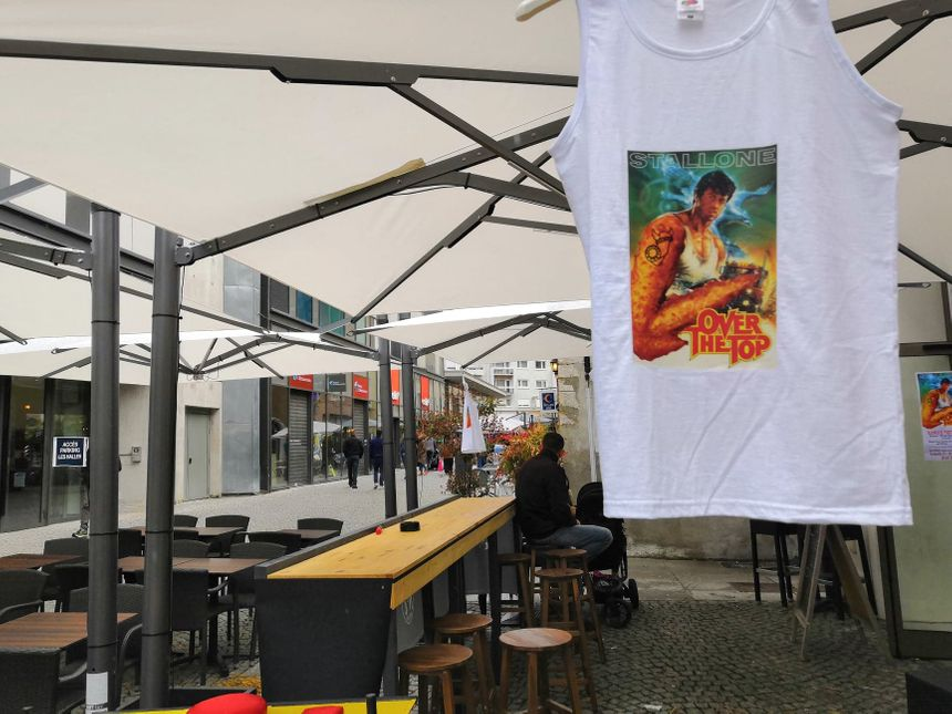"""""""Over the top"""", le film de camionneur et de bras de fer par excellence avec Sylvester Stallone, a inspiré l'événement et le design des t-shirts"""