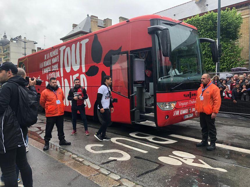 Le bus du Stade rennais se dirige vers la place de la Mairie