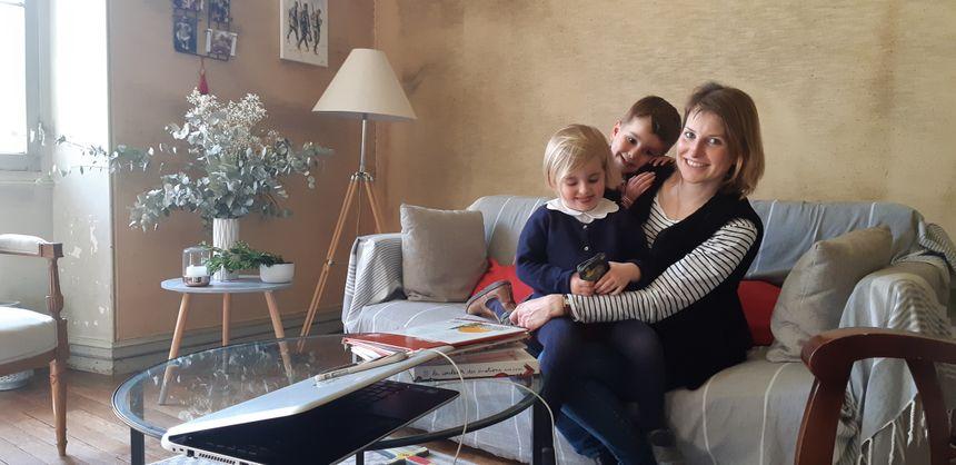 A Sens, Amélie Aubé s'occupe de ses trois enfants pendant que son mari travaille à Paris