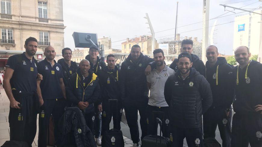 Les volleyeurs de Saint-Jean d'Illac avant leur départ pour Paris, où ils vont tenter de renverser leur adversaire pour une place en finale de Ligue B.