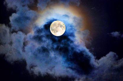"""Fatoumata Béké, astrophysicienne, spécialisée dans les débris spatiaux, auteur de """"La Lune est un roman : histoire, mythes & légendes"""" aux Editions Slatkine & Cie."""