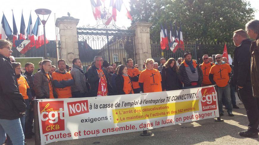 Les salariés de TE connectivity manifestent devant la préfecture de la Sarthe au Mans.