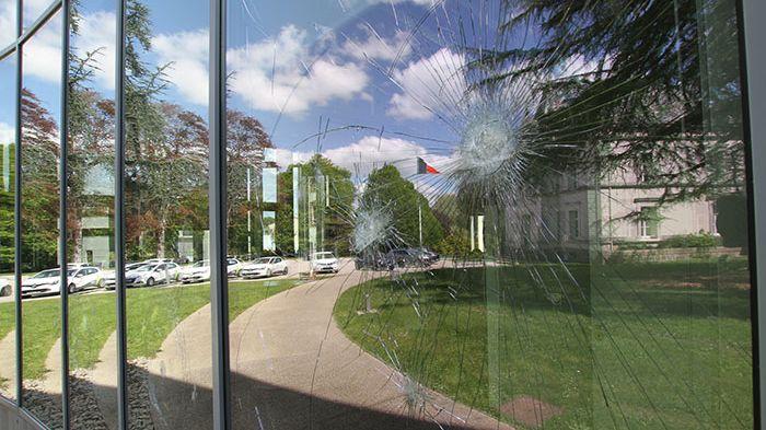 Des éclats ont été constatés samedi matin dans les baies vitrées de l'hôtel des communes.