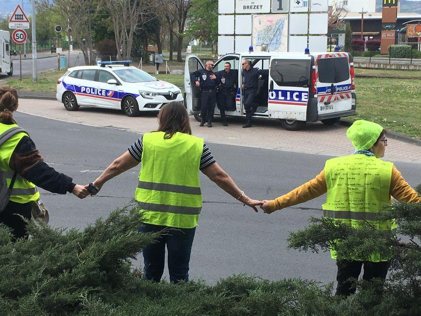 La chaîne humaine devant les policiers de Clermont-Ferrand