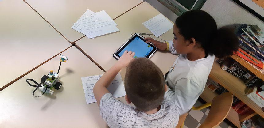 """""""Nous n'apprenons pas aux élèves à devenir des programmeurs, mais on apprend aux élèves à se débrouiller avec cet environnement de plus en plus numérique que l'on a autour de nous."""" - Jean Michel Defaut, réseau Canopé"""