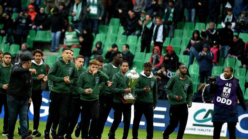 Les U19 de l'AS Saint-Etienne ont présenté la coupe Gambardella dans le Chaudron
