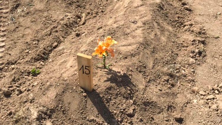 """La """"tombe"""" de Michel Scotto di Rinaldi, enterré dans le """"terrain commun"""" du cimetière St-Pierre à Marseille"""
