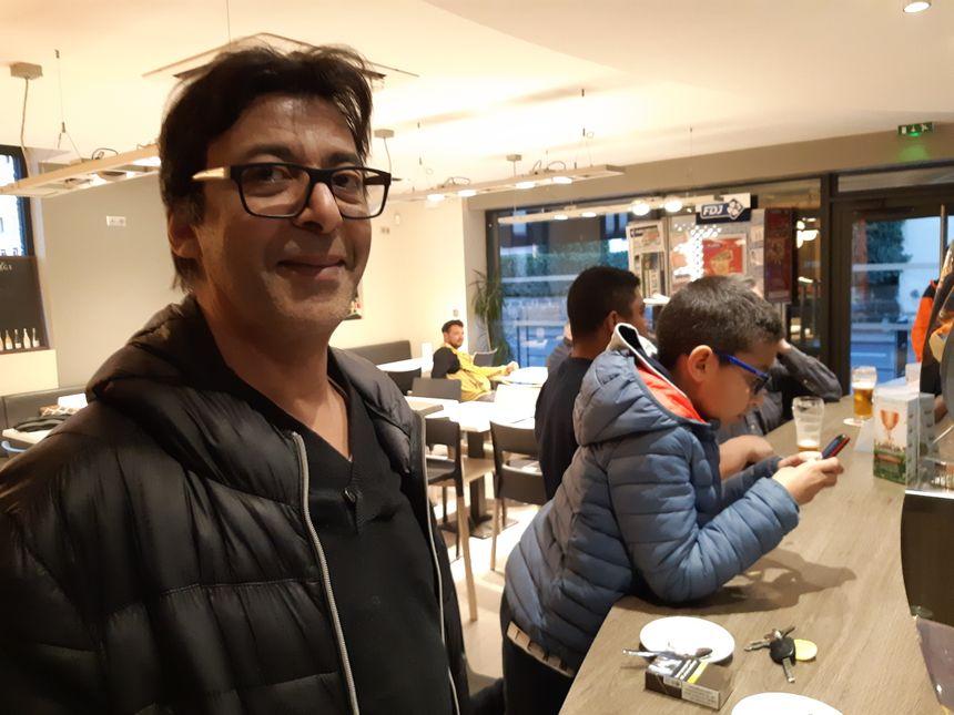 Abdel, salarié du bar 'le drop' à Brive, se souvient bien de Nabil et Tarik Andrieu