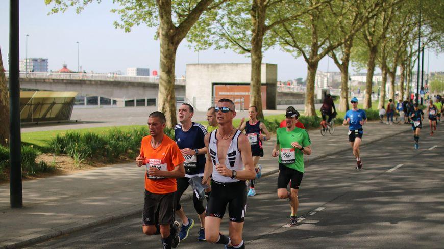 Des coureurs du marathon de Nantes près du Mémorial de l'Abolition de l'Esclavage