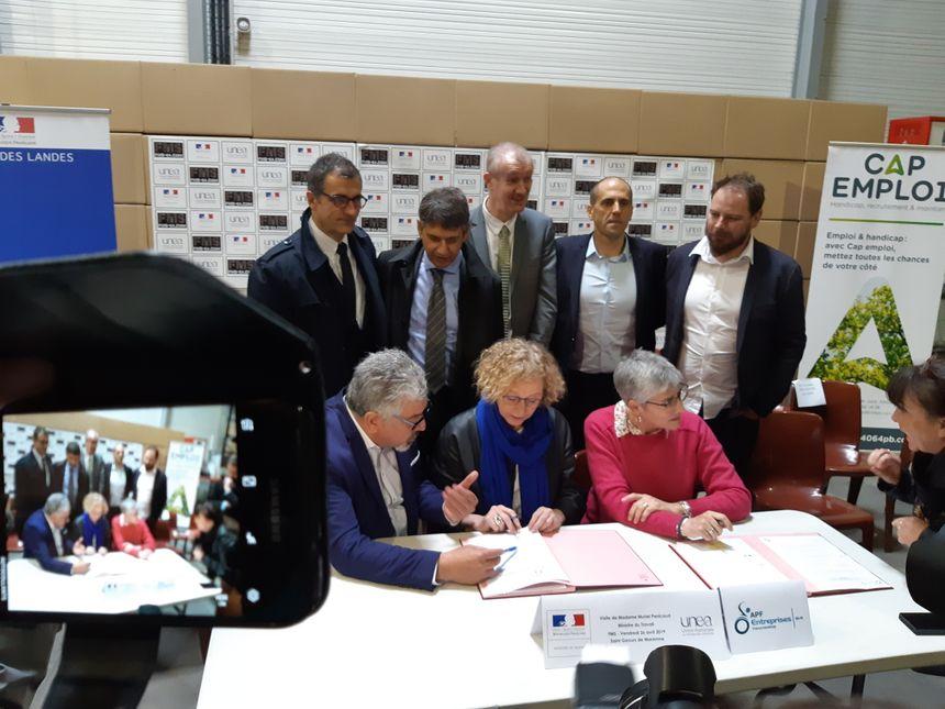 Muriel Pénicaud, la ministre du Travail, a signé les deux premiers CDD tremplins