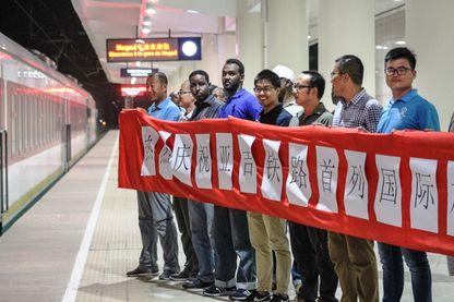Employés chinois et africains accueillent le nouveau train entre Addis Abeba et Djibouti, en janvier 2018. La voie ferrée a été construite par la Chine dans le cadre des nouvelles Routes de la soie.