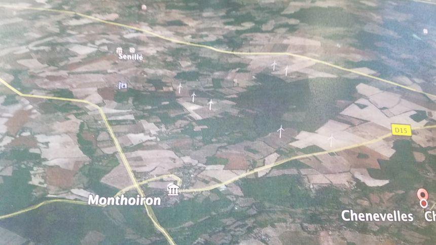 Les membres de l'association ont représenté l'emplacement des éoliennes sur une carte.