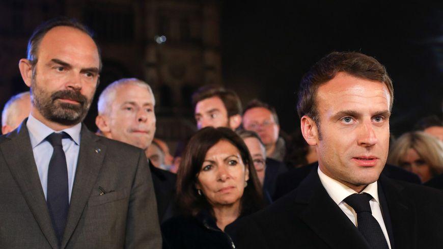 Le président de la République française, Emmanuel Macron aux côtés du Premier ministre, Edouard Philippe, et de la maire de Paris, Anne Hidalgo