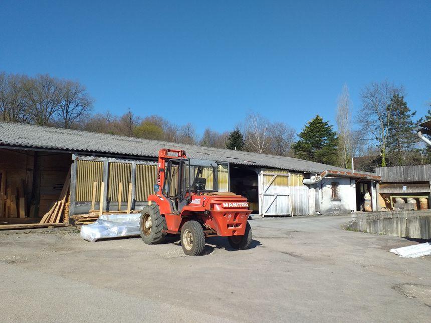 Le hangar pour abriter les bois, avant de le travailler.