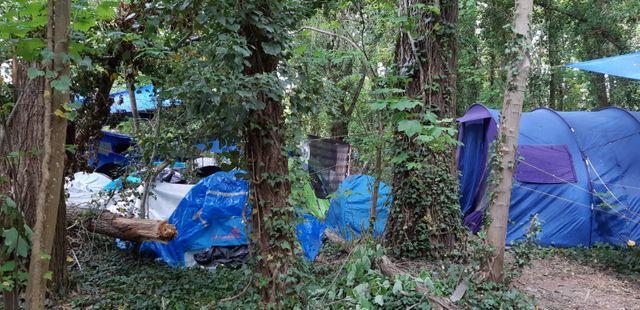 Le campement des demandeurs d'asile tibétains, entre Conflans-Sainte-Honorine et Neuville-sur-Oise