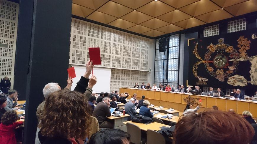 """""""Carton rouge"""" pour les élus, ont dénoncé une centaine d'enseignants, réunis à l'appel du syndicat SNUIpp."""