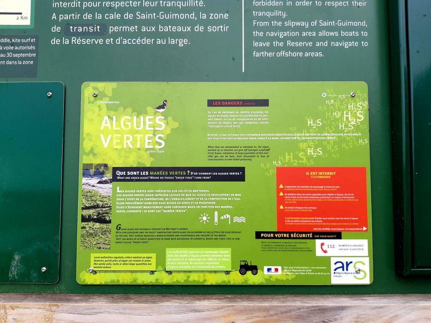 Panneau d'information à l'entrée de la plage de Saint-Guimond à Hillon