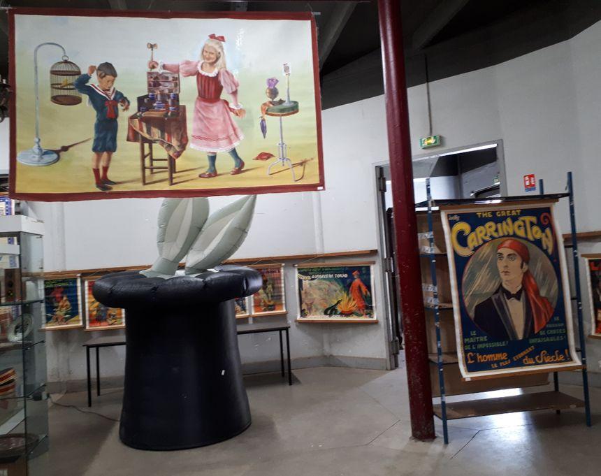 """A droite, """"l'affiche bleue"""" de Carrington, l'une des pièces maîtresse de la collection. A droite, la plus récente, le chapeau de magicien gonflable."""