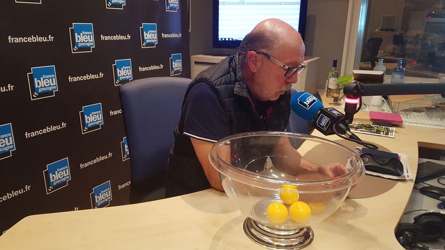 Claude Augey, le président du District des Landes de football a procédé hier soir au tirage au sort dans les locaux de France Bleu Gascogne
