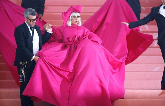 Lady Gaga arrive dans sa première tenue au gala du Met 2019