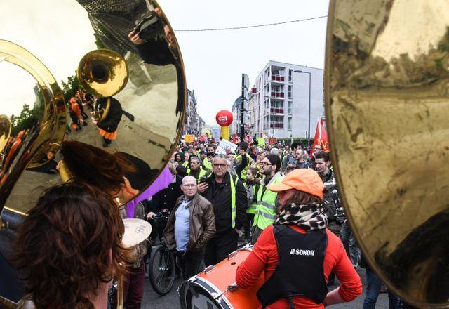 À Lille, environ 1 500 personnes ont défilé accompagnées par une fanfare