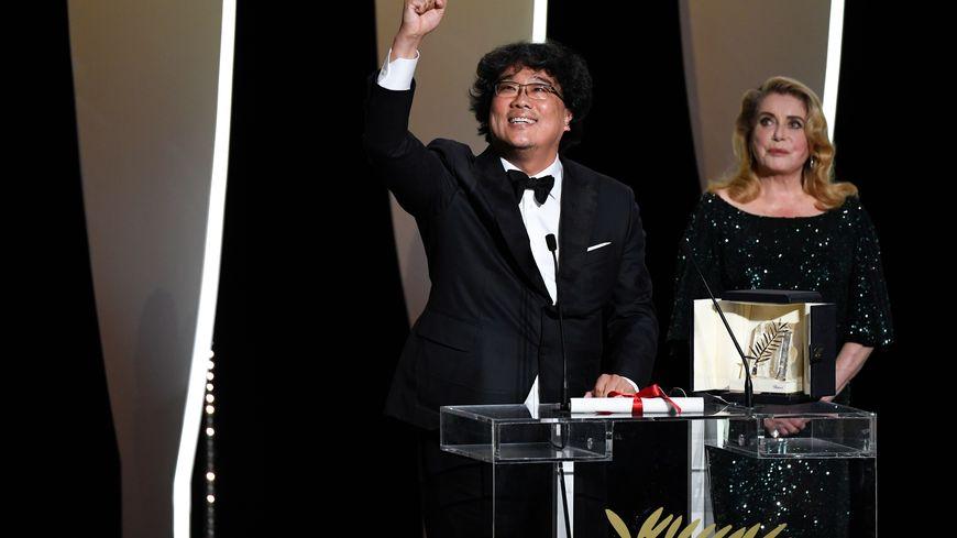 Le réalisateur Bong Joon-ho a reçu sa palme d'or des mainsde Catherine Deneuve