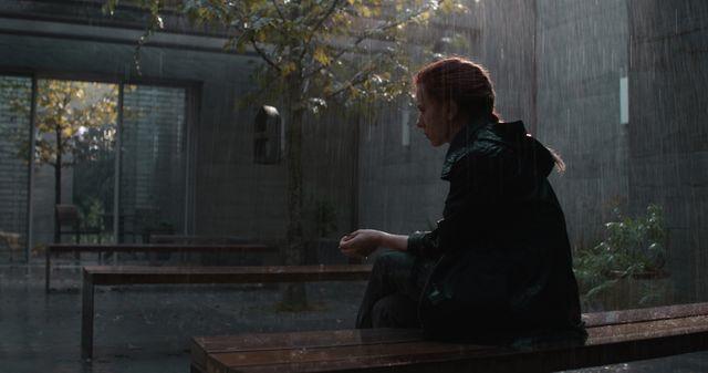 Black Widow (Scarlett Johansson), hébétée…