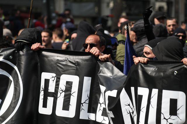 """Plusieurs manifestants vêtus de noir, porteurs d'une banderole marquée """"Colère noire"""", se sont rassemblés près de la gare Montparnasse avant le départ de la manifestation"""