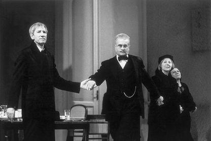 Place des Héros Wolfgang Gasser;Frank Hoffmann;Bibiana Zeller et Anneliese Roemer après la première nuit de'Heldenplatz' de Thomas Bernhard. Burgtheater. Vienne. 4 novembre 1988.