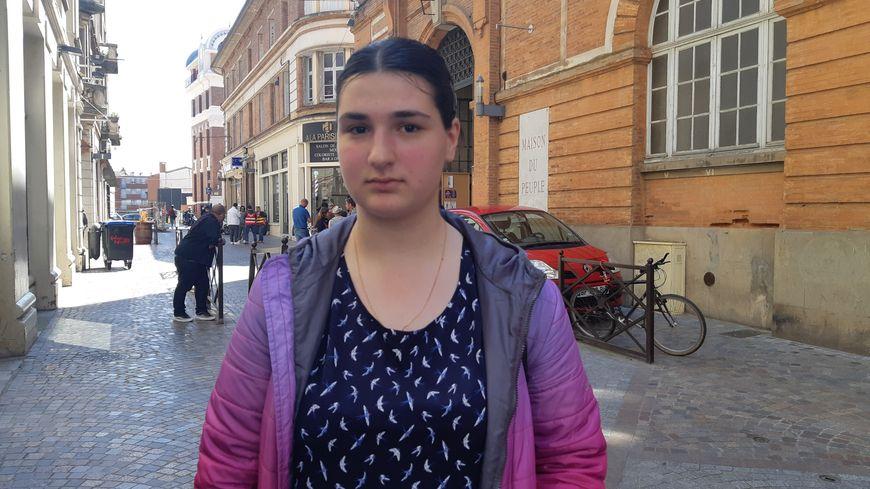 Ketevan, jeune fille qui veut devenir docteur, dort depuis deux jours dans un parc de la ville de Montauban.