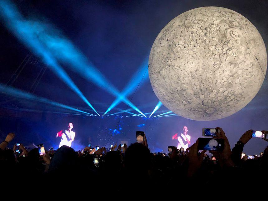 """Pendant le morceau """"Sur la lune""""..."""